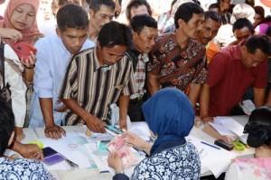 Suasana pencairan bantuan hibah di Pendapa Cahyana, Kamis (16-5)2