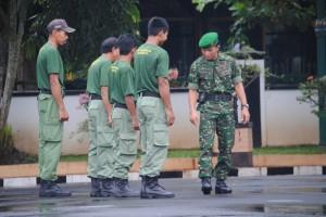 Aparat dari Kodim 0702 Purbalingga dan Satpol PP Pubalingga menggembleng Satlinmas di halaman kantor (3)