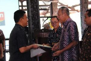 Bupati Purbalingga menyerahkan hadiah dan penghargaan bagi kades kalur dan camat dalam pelunasan tepat waktu PBB Tahun 2013 Kabupaten Purbalingga (4)